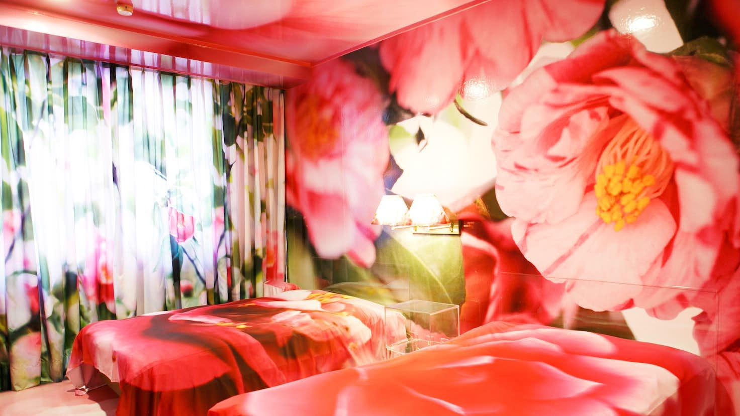 実花 虻川 《蜷川実花・蜷川宏子 二人展》濃厚な色彩感覚が凝縮された、母と娘の作品が融合する「二人展」。