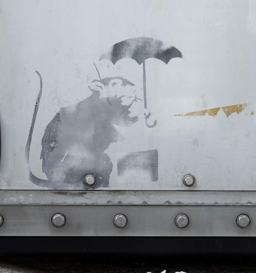 バンクシーのネズミはなぜ傘をさしているのか? ストリートの