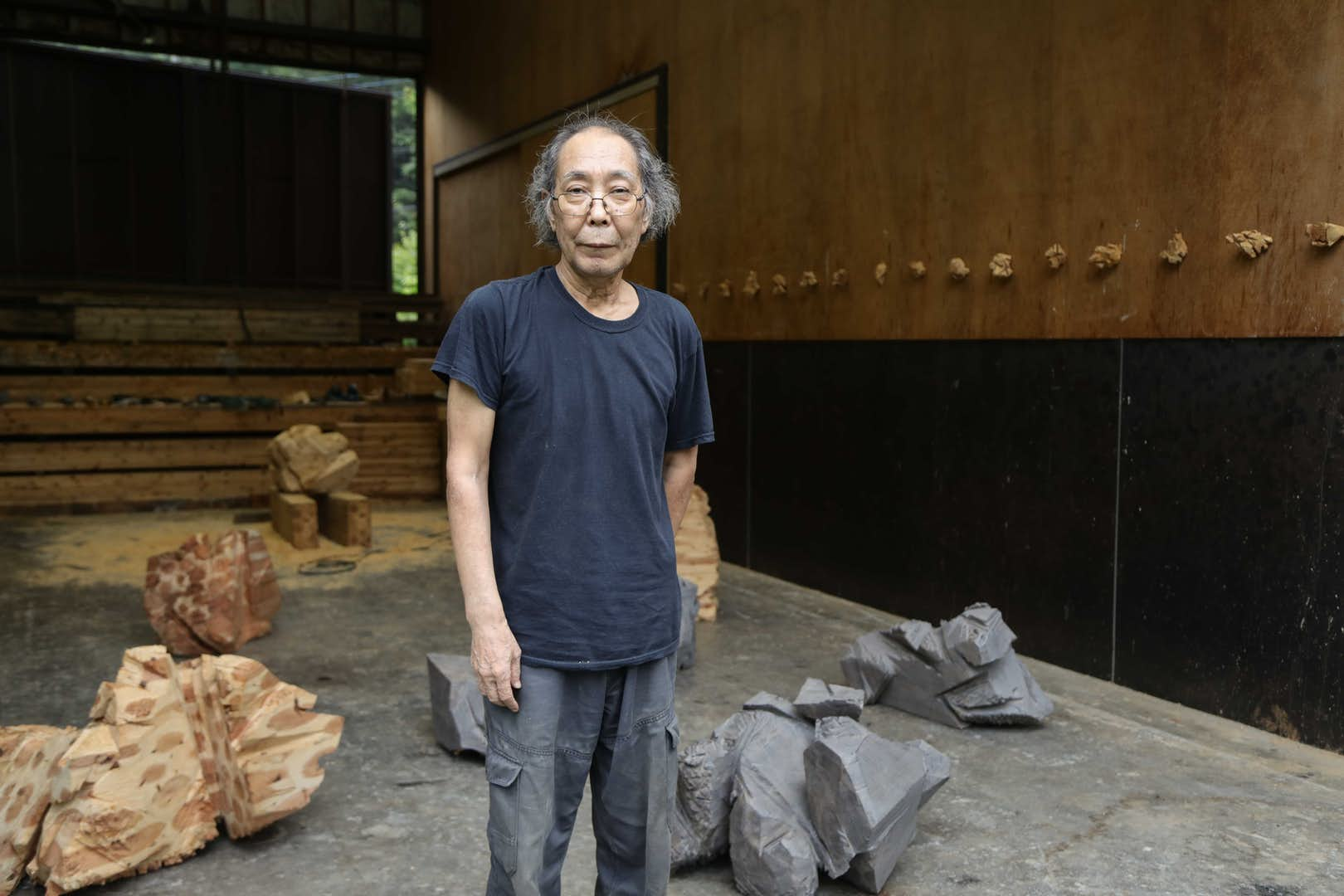 彫刻家として社会に問いかける「視線」。戸谷成雄インタビュー 美術手帖