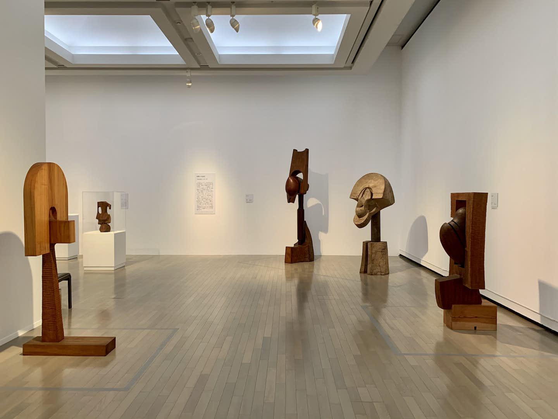 澄川喜一が見せる「そりとむくり」。大規模個展が横浜美術館で開幕
