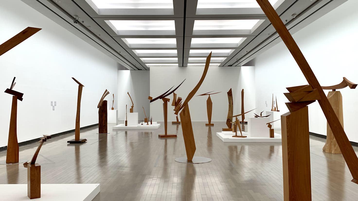 澄川喜一が見せる「そりとむくり」。大規模個展が横浜美術館で開幕 ...