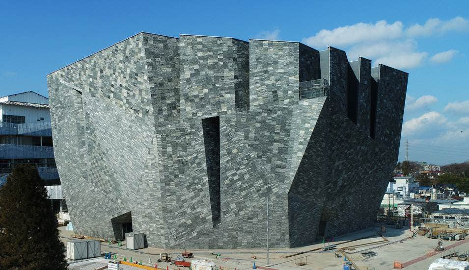 隈研吾による「石」の建築。角川武蔵野ミュージアムの姿が明らかに ...
